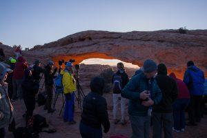 Besucher vor dem Mesa Arch